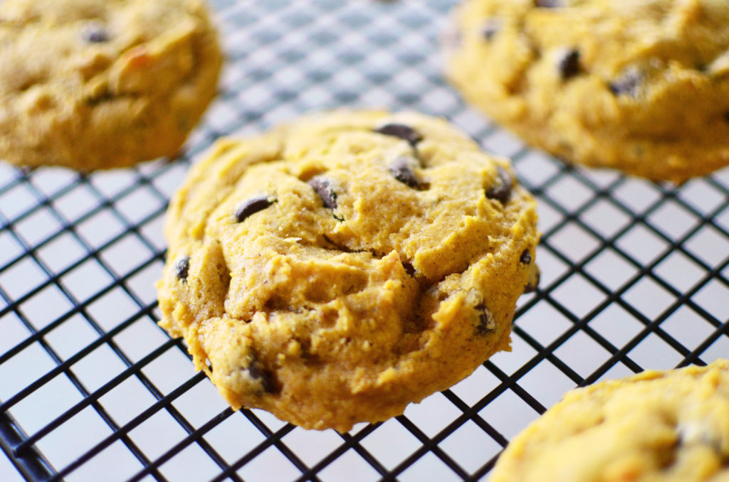 pumpkin-chocolate-chip-cookies-close-rack